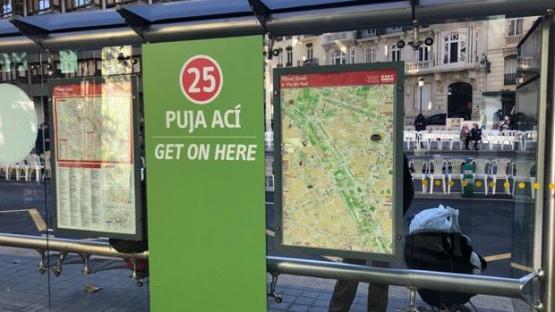 el Ayuntamiento de Valencia suprime el castellano en las paradas de autobús